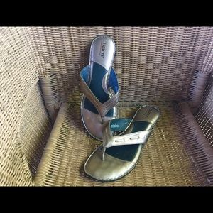 Women's BORN gold metallic flip flops sandals 10